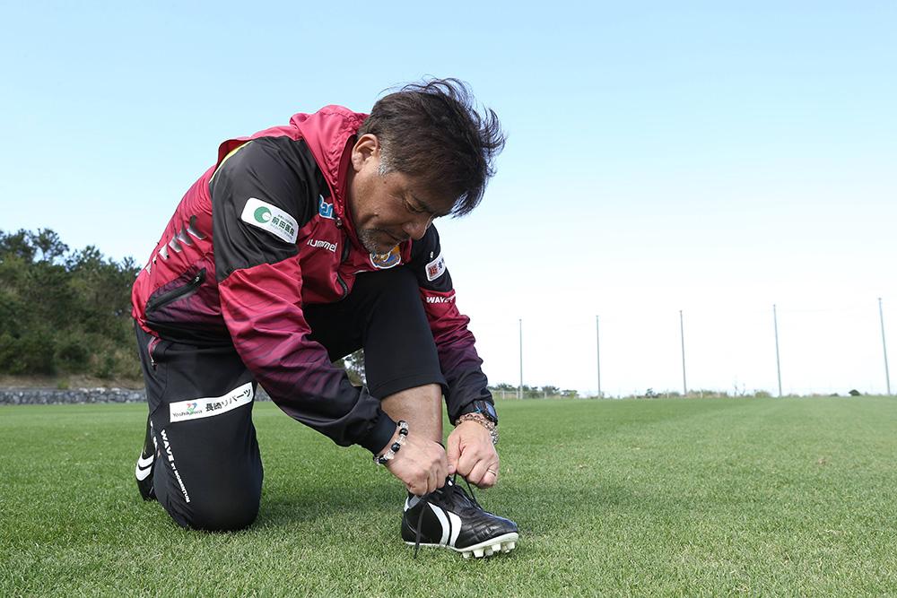 YASUDAのスパイクに足を通す手倉森誠監督。